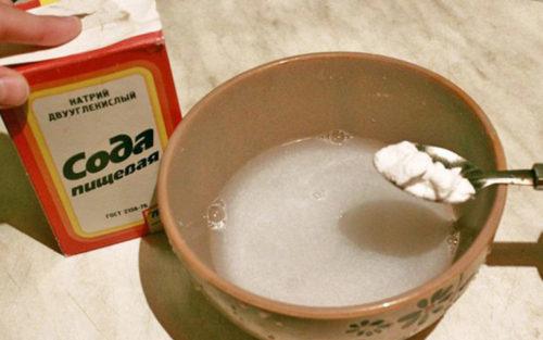 Из народных средств используют порошок соды