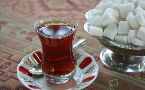 Дать пострадавшему выпить стакан сладкого чая