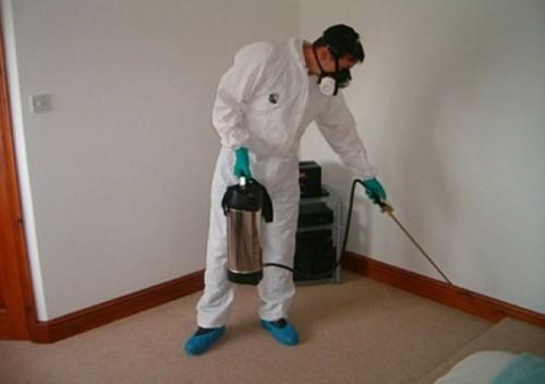 Перед обработкой препаратом нужно одеть защитную форму