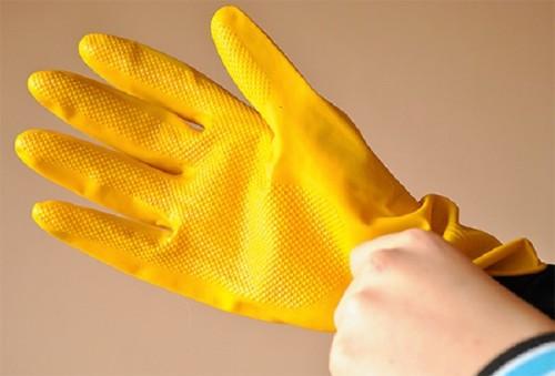 После обработки помещения, в квартире нужно провести влажную уборку